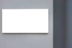 嘲笑 空白的广告牌户外,户外广告,在灰色墙壁上的社会信息板 图库摄影