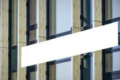 嘲笑 空白的广告牌户外,户外广告,在现代大厦的牌 免版税库存图片