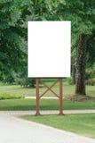 嘲笑 空白的广告牌户外,户外广告,社会信息板在城市公园 免版税库存图片