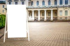 嘲笑 空白的广告牌户外,户外广告,社会信息立场板在城市 免版税图库摄影