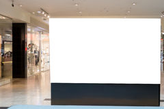 嘲笑 空白的广告牌,给在现代商城的立场做广告 库存图片