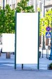 嘲笑 空白的户外广告专栏和广告牌在城市站立户外,社会信息委员会 库存照片