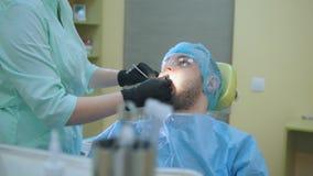 嘴医生和患者在牙齿办公室,检查人` s 股票视频