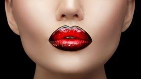 嘴唇构成 秀丽高档时尚梯度嘴唇构成样品,黑与红颜色 性感的嘴特写镜头 免版税图库摄影
