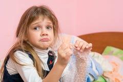 噘嘴面颊的生气女孩吃寻找的泡影包装影片和某人 库存图片