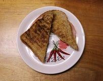 噢美味!一个烤火腿和乳酪三明治 免版税库存照片