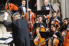 仪器在阶段的交响乐团 免版税图库摄影