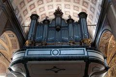 器官在教会里在Sartene,可西嘉岛 免版税库存图片