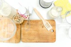 器物和成份顶视图烘烤的在白色桌上 库存照片