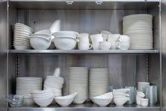 器物在厨房碗柜 图库摄影