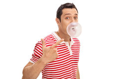 嚼口香糖和吹泡影的人 免版税库存图片