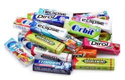 嚼各种各样的品牌的堆或泡泡糖 免版税库存照片