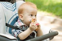 嚼在玩具的男婴 免版税图库摄影