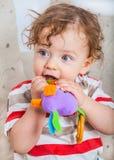 嚼在玩具的男婴 免版税库存图片