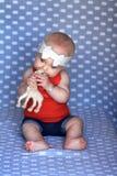 嚼在玩具的婴孩 免版税库存照片
