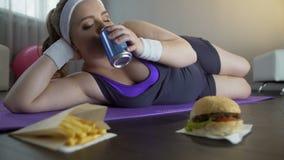 嚼快餐,居住的不健康的生活方式的肥胖无合理动机的懒惰女孩 股票录像