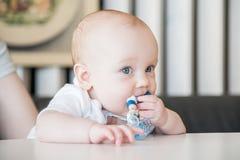 嚼玩具的男婴 库存图片