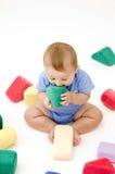 嚼逗人喜爱的玩具的婴孩 免版税库存图片