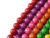 嚼颜色口香糖的对齐的球 库存图片