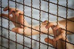 囚犯手在监狱 免版税库存图片