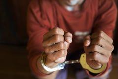 囚犯扣上了手铐 库存照片