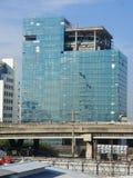四上升为清洗的登山家大厦玻璃窗 免版税库存图片