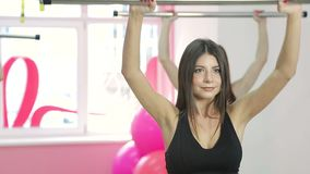 四个俏丽的女孩,参与体育,举在健身房的健身酒吧 体育生活和一种健康生活方式 股票录像