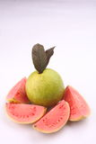 四个切片与叶子的桃红色番石榴果子 免版税库存图片