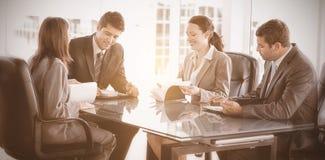 四个商人在会议期间 库存照片