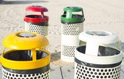 四个垃圾箱在海滩晴天 免版税图库摄影