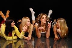 四个女孩摆在 库存图片