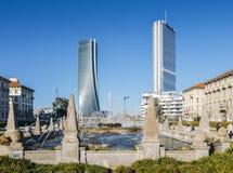 四个季节的喷泉在广场朱利奥塞萨尔, Citylife的,与Il Dritto和Il Storto摩天大楼在背景中 免版税库存照片