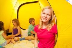 四个孩子在帐篷坐 库存图片