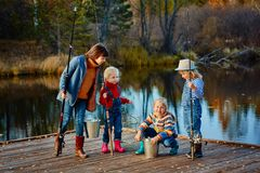 四个小女孩抓在一艘木浮船的鱼 在Th的周末 库存照片