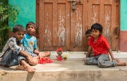 四个小孩子在房子, Somanathpur印度前面使用 免版税库存照片