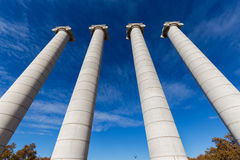 四个巨型的专栏,蓝天在西班牙的巴塞罗那 免版税图库摄影