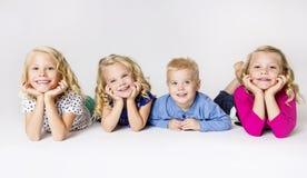 四个微笑的小孩画象 免版税库存图片