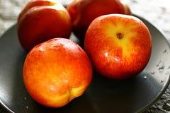 四个新鲜的桃子 免版税库存照片