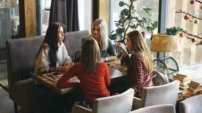 四个朋友吃早餐在咖啡馆并且沟通 股票视频