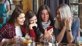 四个朋友看看电话和笑 影视素材