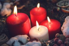 四个灼烧的圣诞节蜡烛 免版税库存图片