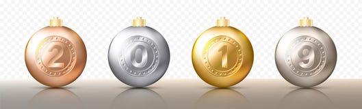 四个现实圣诞节透明中看不中用的物品、球形或者球用金属金子和银色颜色不同的树荫与数字 库存例证