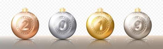 四个现实圣诞节透明中看不中用的物品、球形或者球用金属金子和银色颜色不同的树荫与数字 皇族释放例证