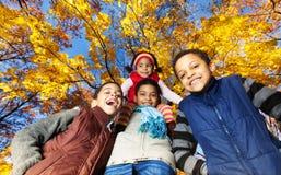 四个男孩在秋天公园 免版税图库摄影