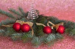 四个红色圣诞节球 免版税库存照片