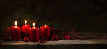四个红色蜡烛,烧在第三出现的三他们, chr 免版税库存照片