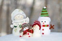 四个雪人紧挨着站立 库存照片