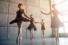四位美丽的芭蕾舞女演员 库存图片