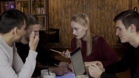 四位设计师在现代办公室谈论项目 股票视频