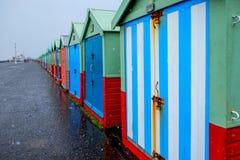 四十个海滩小屋线在布赖顿散步的 免版税库存图片